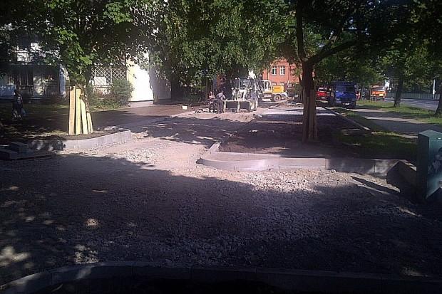 Kilkanaście miejsc parkingowych powstaje w miejsce trawnika przy al. Grunwaldzkiej we Wrzeszczu.