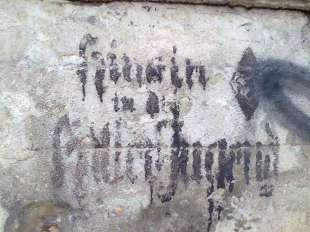 Napis nawołujący do wstąpienia do Hitlerjugend zachował się na elewacji budynku na rogu ul. Wajdeloty i Białej.