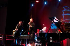 Występ Stacey Kent w Sali Koncertowej Portu Gdynia zainaugurował IX Ladies Jazz Festival. Artystce na scenie towarzyszył mąż, znakomity saksofonista Jim Tomlinson.