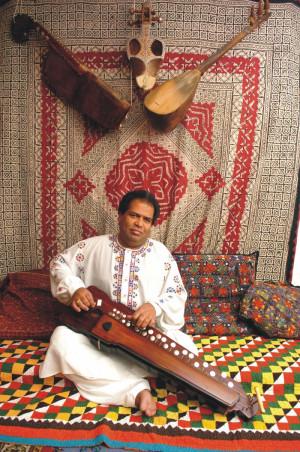 Abdulrahman Surizehi to wirtuoz benju - cytry klawiszowej z Beludżystanu.