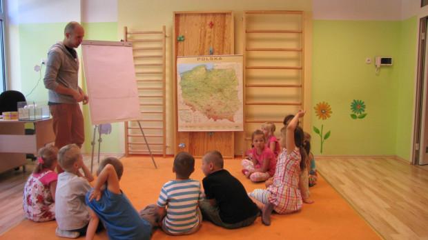 W poniedziałek Paweł Podwojewski z Pracowni Motyw wyjaśniał przedszkolakom jak działa podwodny hotel.