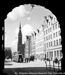 Do 1959 r. komunikację w samym sercu Głównego Miasta zapewniały tramwaje. Do 1945 r. kursowały też po ul. Szerokiej. Teraz ul. Długą być może przetną w poprzek autobusy.