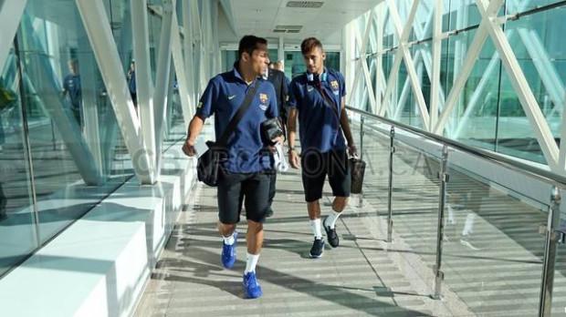 Piłkarze na barcelońskim lotnisku El Prat wchodzą do samolotu lecącego do Gdańska. Maszyna wystartowała o godz. 9:30
