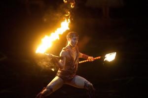 """W spektaklu """"Alegría"""" nie brakuje ognia - widownie rozpalił """"Taniec z Płonącymi Nożami"""" (""""Fire-Knife Dance"""")."""