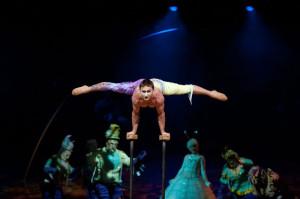 """Artyści kanadyjskiego Cirque du Soleil należą do najlepszych na świecie w swoich specjalnościach. O precyzję i perfekcję wykonania najtrudniejszych nawet figur i ewolucji można być spokojnym. Na zdjęciu """"Balans Rąk"""" (""""Hand Balancing"""") w wykonaniu rosyjskiego artysty."""