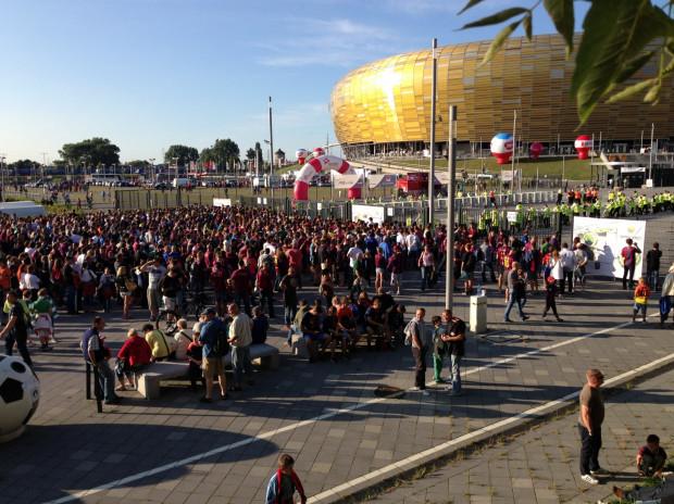 Kibice FC Barcelona w oczekiwaniu na wejście na stadion.