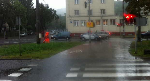 Obfite opady deszczu zalały ul. Morską w Gdyni. Na miejscu pracowali strażacy wypompowujący wodę oraz oczyszczający ulicę.