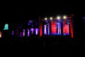 Scena przed Pałacem Opatów była piękna i profesjonalnie oświetlona.