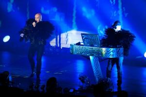 Zjawiskowi byli sami muzycy. Neil Tennant i Chris Lowe co chwilę zmieniali stroje.