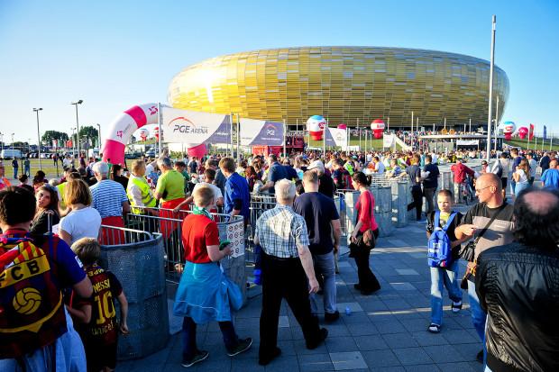 Na meczu Lechia - Barcelona było około 29 tysięcy kibiców. Natomiast blisko 8 tysięcy ludzi oddało bilety po zmianie terminu spotkania. Prawie połowa z nich nadal czeka na zwrot pieniędzy.