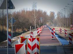 Przewidziana do remontu stara ul. Sucharskiego w Gdańsku posiada już chodnik i drogę dla rowerów. Firmie Skanska pozostaje wykonanie części, z której skorzystają głównie kierowcy.