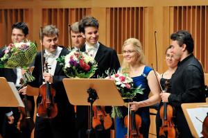 Podczas wykonania Koncertu na dwoje skrzypiec d-moll BWV 1043 J. S. Bacha, Maximovi Vengerovowi, odtwarzającemu partię pierwszych skrzypiec, w każdej z trzech części partnerował inny solista.