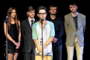"""Marcin Wasilewski odbiera nagrodę Młodego Jury za film """"Płynące wieżowce""""."""