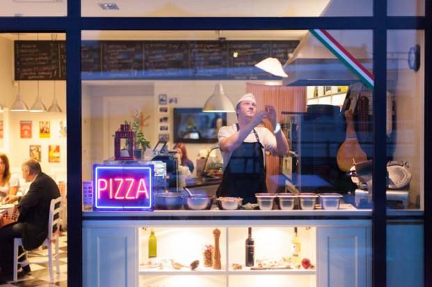 W Sempre pizzę przygotowuje się na oczach klienta ze świeżych składników sprowadzanych z Włoch.
