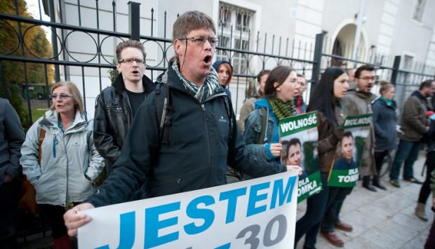 Protestujący przed konsulatem Rosji.