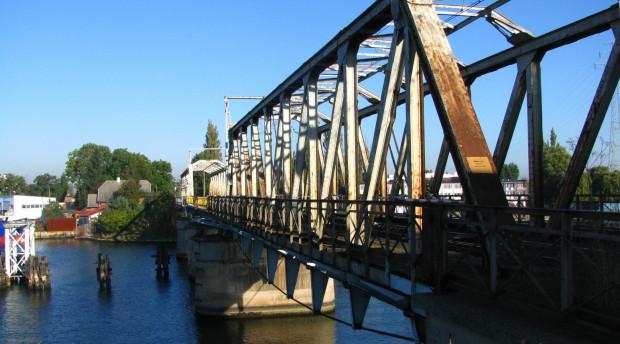 Ponad 100-letni most obrotowy nad Martwą Wisłą w Gdańsku.