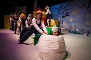 """Najciekawszym dla małych widzów momentem spektaklu jest wspólne - z udziałem siedmiorga dzieci - wyciąganie """"Rzepki""""."""