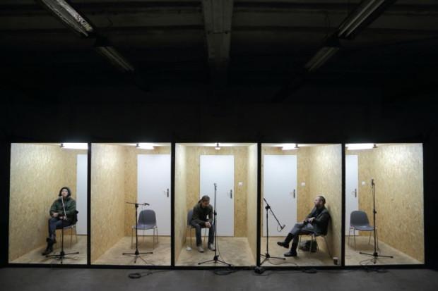 """Pięć pustych pokoi, w każdym krzesło i mikrofon - tam trafiają bohaterowie """"Wolnej Trybuny"""", pragnący powiedzieć co im leży na sercu. Dzięki nim wsłuchać się można w głosy PRL-u."""