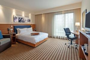 Wnętrze pokoju w hotelu Hampton by Hilton.