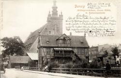 Dom Cechu Młynarza na pocztówce z ok. 1900 roku. Wtedy obiekt nie był ogólnodostępny. Na budowę kładki wyraził zgodę konserwator zabytków.