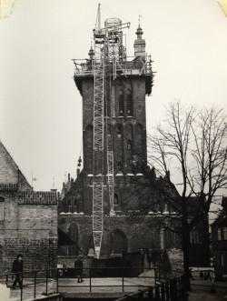 Aby zamontować na wieży wielotonowe części zrekonstruowanego hełmu, sprowadzono do gdańska potężny dźwig.