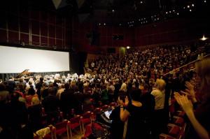 Publiczność, urzeczona prezentowaną muzyką, nagrodziła wykonawców owacją na stojąco.