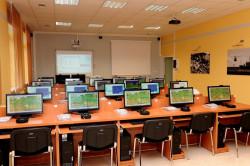 Zintegrowany symulator dowodzenia - choć wygląda niepozornie, pozwoli studentom przygotować się do kryzysowych sytuacji.