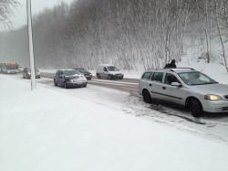 Ul. Kielecka jest tak oblodzona, że auta mają problem, aby podjechać pod górę.