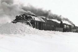 Zaspy i pękające tory powodowały problemy z dostawą węgla. A bez niego było nie tylko zimno w domach, nie działały też piekarnie.