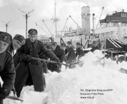 Podczas najcięższych zim w odśnieżaniu brało też udział wojsko, a na drogi wyjeżdżały czołgi.