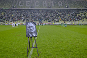 Część kibiców na PGE Arenie nie zamierzała uczcić minutą cieszy pamięci Tadeusza Mazowieckiego.