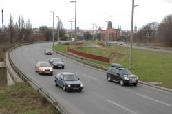 Przez wiele lat pas między jezdniami al. Armii Krajowej pozostawał niewykorzystany. Dzisiaj kursują tędy tramwaje, ale wciąż na torowisko czeka widoczny na zdjęciu tunel, pozwalający na docelowe połączenie trasy z ul. Kartuskiej z al. Armii Krajowej.