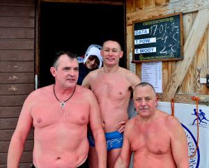 Roman Górecki (w środku) przekonuje, że do morsowania nie potrzeba długich przygotowań. Już przy pierwszej kąpieli wystarczy... porządna rozgrzewka.