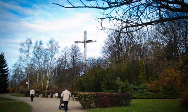 Najnowszy krzyż musiał być największy, by nie zasłoniły go coraz dorodniejsze drzewa.