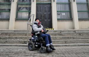 Bronek ma nadzieję, że montaż windy w sądzie, zapoczątkuje serię zmian w innych budynkach użyteczności publicznej w mieście.