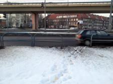 Wyrwa w barierkach pozwalająca przejść na skrawek zieleni oddzielający pasy ruchu w stronę ul. Siennickiej i Długie Ogrody od ul. Elbląskiej.
