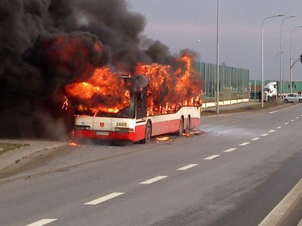Choć autobus spłonął doszczętnie, to nie ucierpiał żaden z 80 pasażerów, jacy byli w pojeździe w momencie pojawienia się ognia.