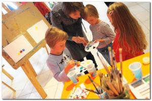 Zabawy plastyczne sprzyjają rozwojowi osobowości, zdolności manualnych, doskonalą koordynację wzrokowo-ruchową i rozwijają umiejętność pracy w grupie.