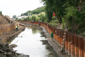Wzmocnienie brzegów Kanału Raduni ścianką Larsena.