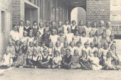 W lewym skrzydle Pestalozzischule uczyły się dziewczęta. Prawe przeznaczone było dla chłopców.