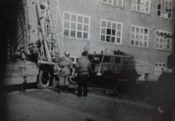 Strażackie wozy pod budynkiem liceum.