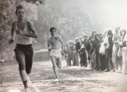 Biegną Zbigniew Maksymiuk i Cezary Dalka. Spartakiada 1974.