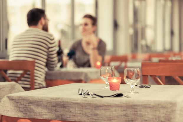 Gdy wyjeżdżasz na randkę w realu do innego miasta, nie pozwól, by osoba, którą znasz z.