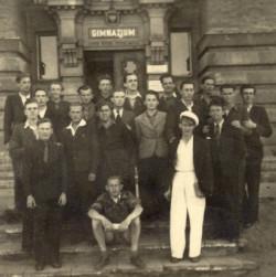 Uczniowie przed szkołą w 1946 r.