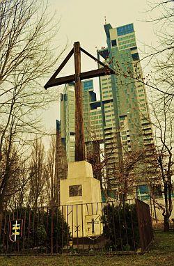 Dziś krzyż stoi w cieniu budynku Sea Towers.