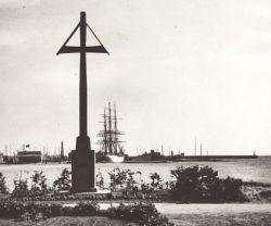 Krzyż w gdyńskim porcie postawili robotnicy w 1922 roku.