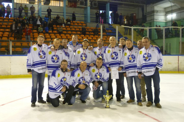 Zespół Stoczniowca z pucharem i medalami za trzecie miejsce w hokejowych mistrzostwach Polski oldbojów. Gdański zespół nie podłamał się porażką 0:12 i wygrał w Sosnowcu wszystkie pozostałe mecze.