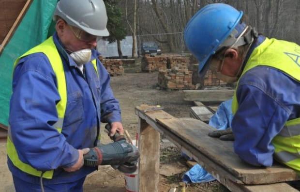 Osoby zatrudnione przez Aqua-Sopot głównie wspierają profesjonalnych budowlańców i wykonują prace porządkowe i wykończeniowe.