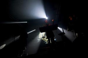 Muzycy Laibach skąpani w mroku i punktowo oświetlani przez reflektory wyglądali niczym dyktatorzy głoszący swe muzyczne manifesty.