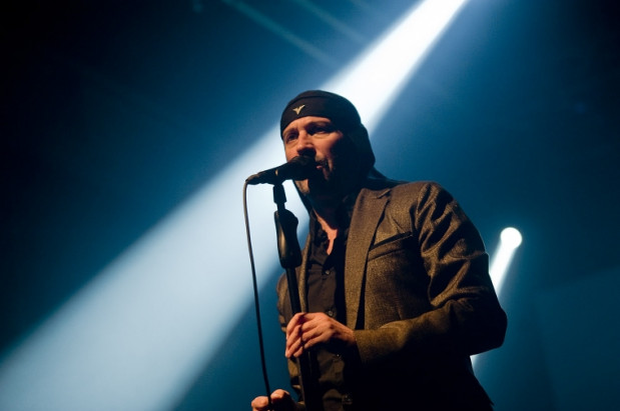 Milan Fras, lider Laibach, na scenie nie zapomniał o swej nieodłącznej czapce-uszatce.